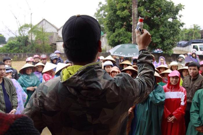 MC Phan Anh hướng dẫn mọi người chăm sóc bò tốt nhất để không bị bệnh.