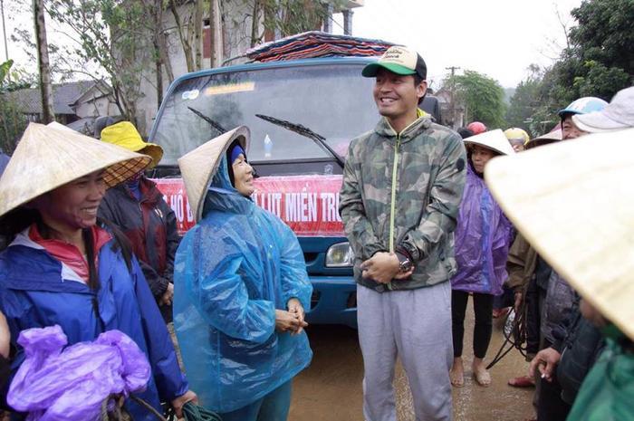 Người dân xã Mai Hóa trò chuyện ấm áp với Phan Anh.