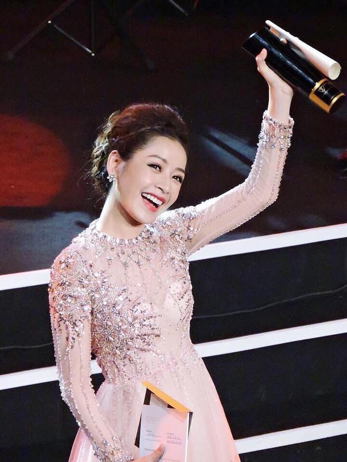 Chi Pu được vinh danh ở hạng mục Nghệ sĩ trẻ có hoạt động nổi bật nhất năm 2016 tại lễ trao giảiWeChoice Awards.