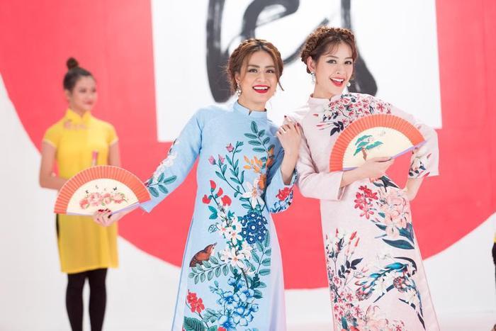 Cuối năm 2016, Chi Pu còn bất ngờ kết hợp với đàn chị Hoàng Thùy Linh trong ca khúc Đón xuân tuyệt vời – một sáng tác của TripleD. Hai người đẹp gốc Hà thành đã mang đến sự năng động, trẻ trung qua từng giai điệu rộng ràng.
