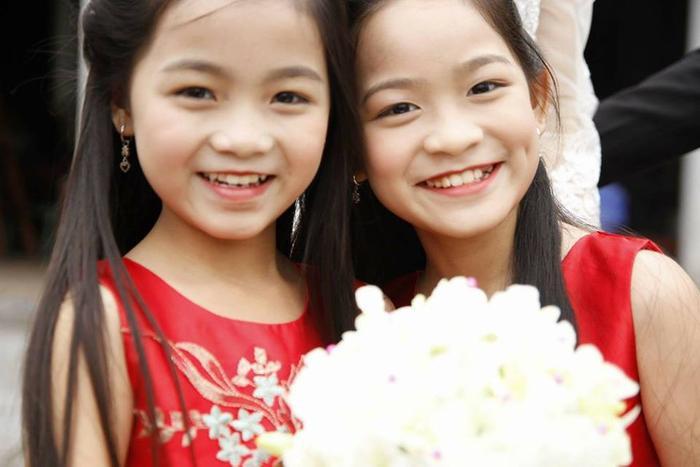 Bé gái bê tráp (bên trái) sở hữu gương mặt vô cùng dễ thương.