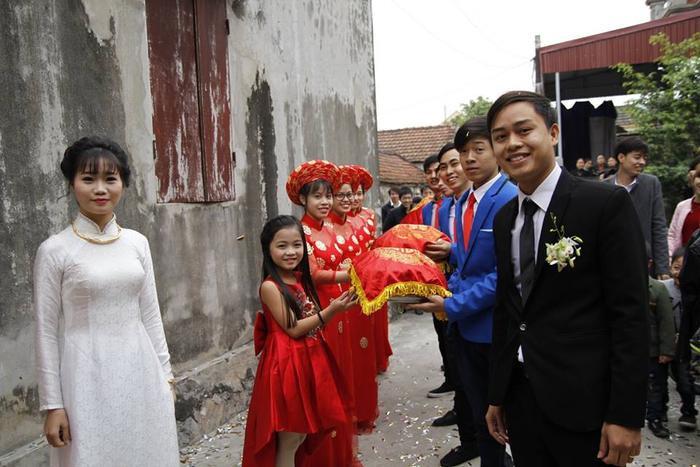 Bé gái 8 tuổi bê tráp ở Nam Định gây sốt cộng đồng mạng.