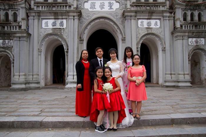 Bé Bảo Anh chụp ảnh cùng với anh chị của mình.