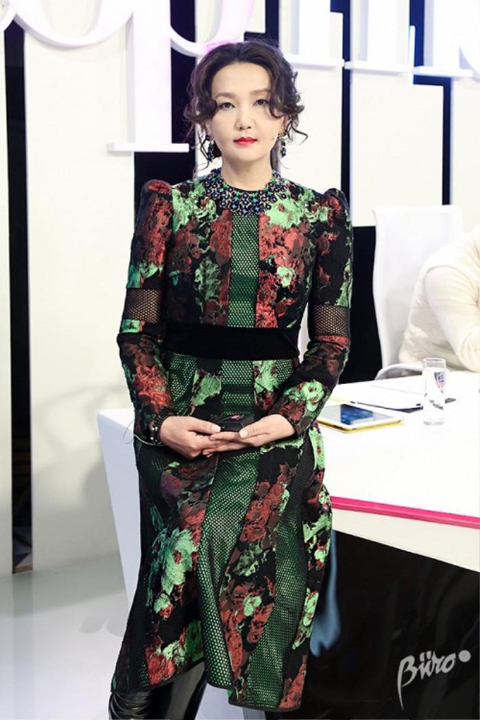 Nhà sản xuất - nhà báo thời trang T.Nansalma đem đến một hình ảnh nữ giám khảo quyền lực trong chiếc váy họa tiết đẹp mỹ miều cùng phụ kiện trang sức.