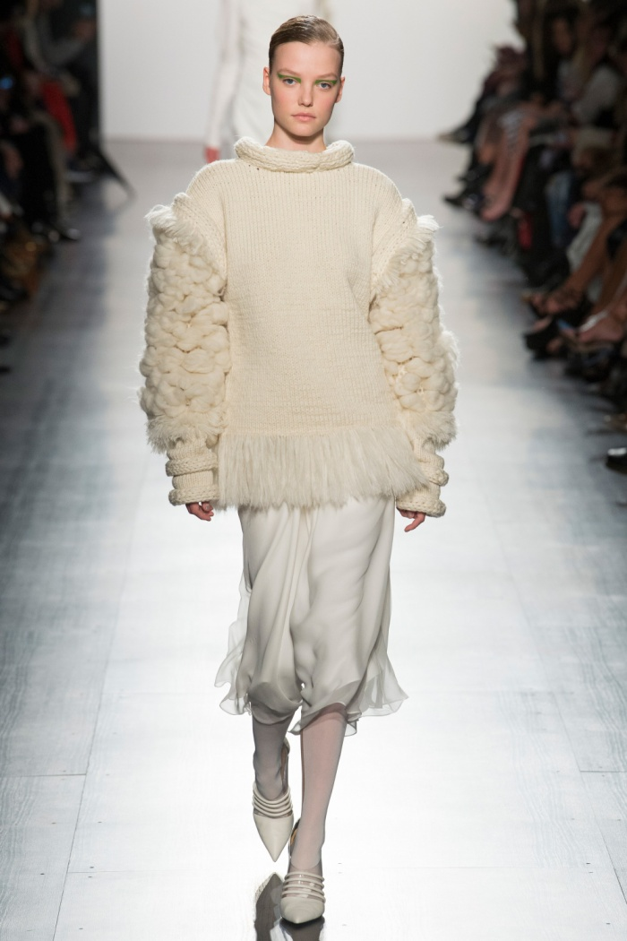 """Sắc trắng tinh khôi được đặt vào mẫu áo len cách điệu bằng làn gió mới mẻ. Có lẽ nhà thiết kế đã lấy cảm hứng từ những đám mây xốp trắng và """"đặt"""" vào những chiếc áo ấm áp như thế này."""