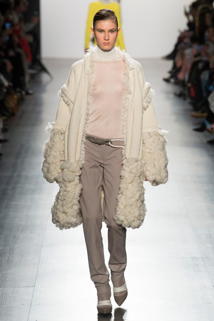 Một mẫu áo khoác len cũng được biến hóa trở nên độc đáo trong từng bước di chuyển.