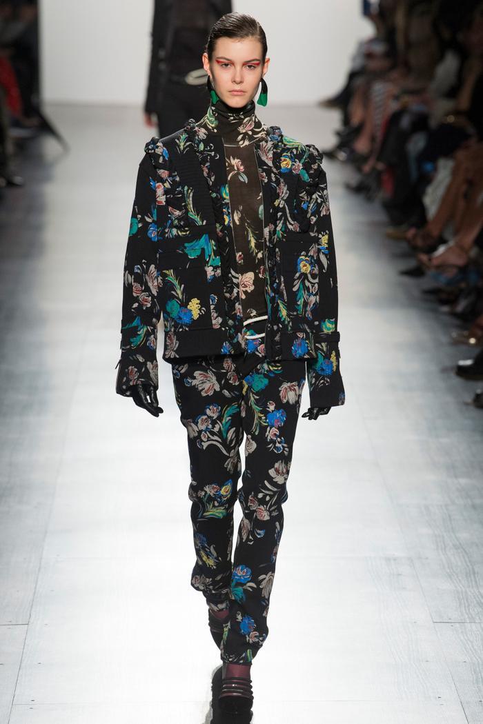 Áo cao cổ, áo bomber lẫn quần suông đều mang chi tiết hoa đa dạng màu sắc.