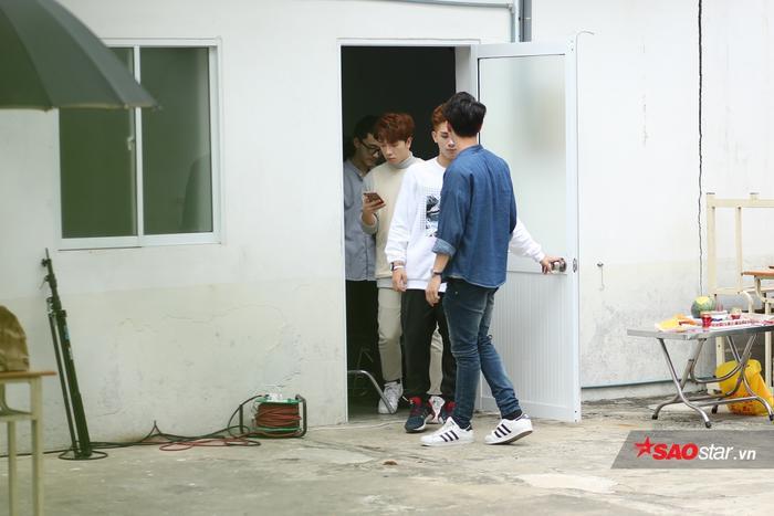 Sau khi quay quảng cáo xong, các chàng trai tiếp tục di chuyển để thực hiện hoạt động tiếp theo trong lịch trình.