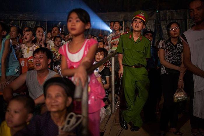 Nụ cười và tràng vỗ tay tán thưởng của khán giả có lẽ là động lực lớn nhất dành cho các nghệ sĩ. Trong ảnh là những khán giả ở Ninh Bình đang chăm chú màn trình diễn hài.