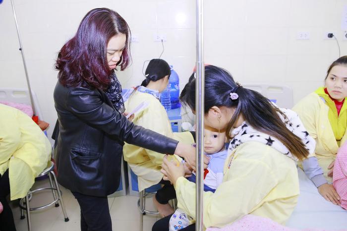 Chị Mai Hoa - vợ Trần Lập đến tận từng giường bệnh trao quà và hỏi thăm sức khỏe từng bệnh nhi.