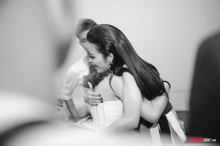 Khoảng khắc cô ôm học trò vào lòng với những lời động viên chân thành.