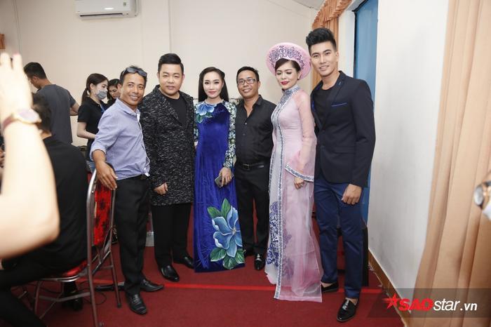 Quang Lê chụp hình lưu niệm với các thí sinh