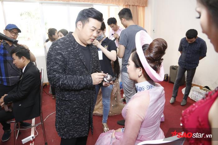 Quang Lê tự tay trang điểm để thí sinh được đẹp nhất có thể.