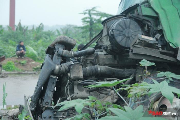 Tài xế mải lo quay lại cảnh tai nạn, container mất lái lao thẳng xuống cầu Thanh Trì