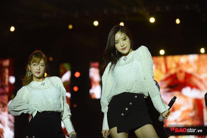 Apink biểu diễn 3 ca khúc Cause You Are My Star, LUV và Only One. Trong đó, sân khấu LUV nhận được sự cổ vũ nồng nhiệt nhất với tiếng fanchant vang dội.