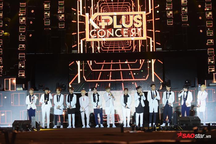 13 chàng mỹ nam nhà Pledis khiến hàng ngàn fan nữ hú hét không ngừng ngay khi xuất hiện.