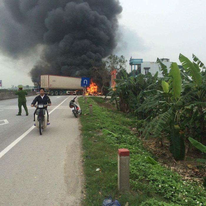 Clip: Xe giường nằm và xe container bốc cháy ngùn ngụt giữa quốc lộ 1A sau va chạm ảnh 0