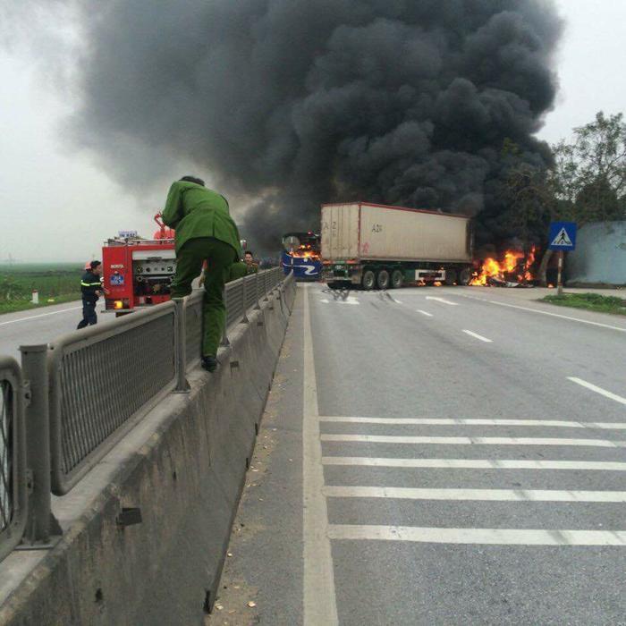 Clip: Xe giường nằm và xe container bốc cháy ngùn ngụt giữa quốc lộ 1A sau va chạm ảnh 1