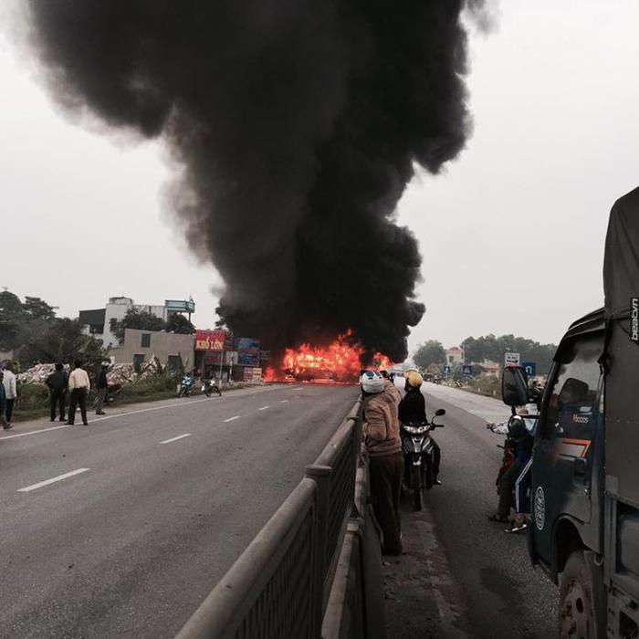 Clip: Xe giường nằm và xe container bốc cháy ngùn ngụt giữa quốc lộ 1A sau va chạm ảnh 2