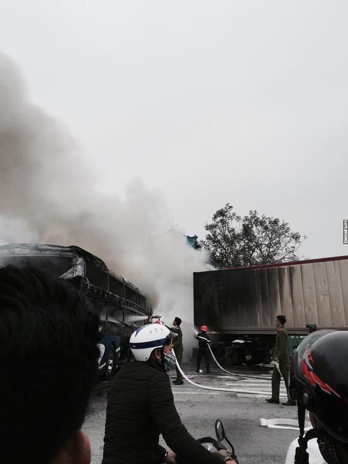 Clip: Xe giường nằm và xe container bốc cháy ngùn ngụt giữa quốc lộ 1A sau va chạm ảnh 3