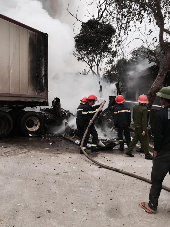 Clip: Xe giường nằm và xe container bốc cháy ngùn ngụt giữa quốc lộ 1A sau va chạm ảnh 4