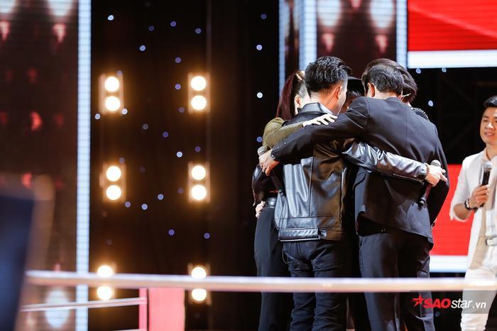 Khoảnh khắc Phạm Văn Minh chiến thắng và ôm chặt những người bạn trong team là Tâm Phương, hai bố con Nie Y Hon và Kpa H'Quyên.