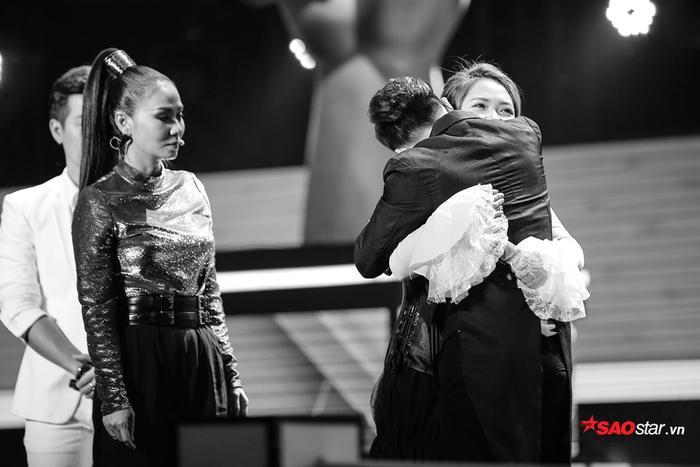Tùng Anh rớt nước mắt ôm chặt, an ủi người chị Hồng Ngọc vì cả hai đã chơi rất thân với nhau trong cuộc thi lẫn ngoài đời.
