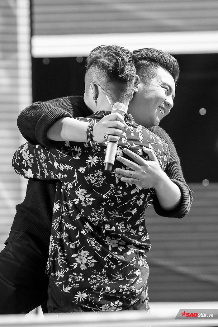 Dù thua cuộc nhưng Huy Hoàng vẫn vui vẻ và chúc mừng cho đàn anh Tuấn Phong. Cả hai đã cùng đối đầu ca khúc Ngày hôm qua tại vòng Giấu mặt.
