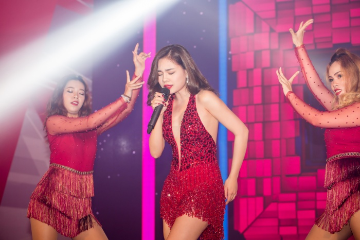 Giang Hồng Ngọc khoe lưng trần quyến rũ trong đêm nhạc tại Đà Nẵng