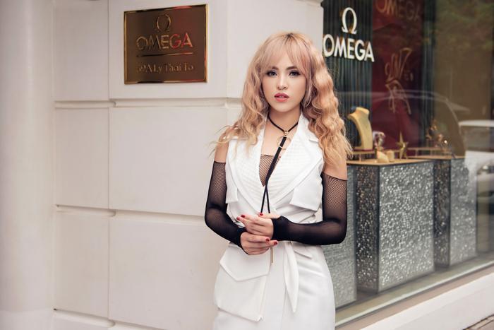 Mái tóc xoăn tạo nên hình ảnh thương hiệu cho Chung Thương khiến cô cá tính hơn dù có diện trang phục bánh bèo.