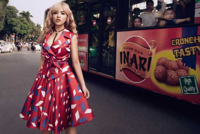 Với lựa chọn từ chiếc váy chít eo màu sắc rực rỡ, bạn hoàn toàn có thể sử dụng nó cho street style hay xuất hiện trong những buổi gặp gỡ quan trọng. Mang tính ứng dụng cao luôn là yếu tố khiến trang phục ghi điểm mạnh nhất đối với các tín đồ thời trang.