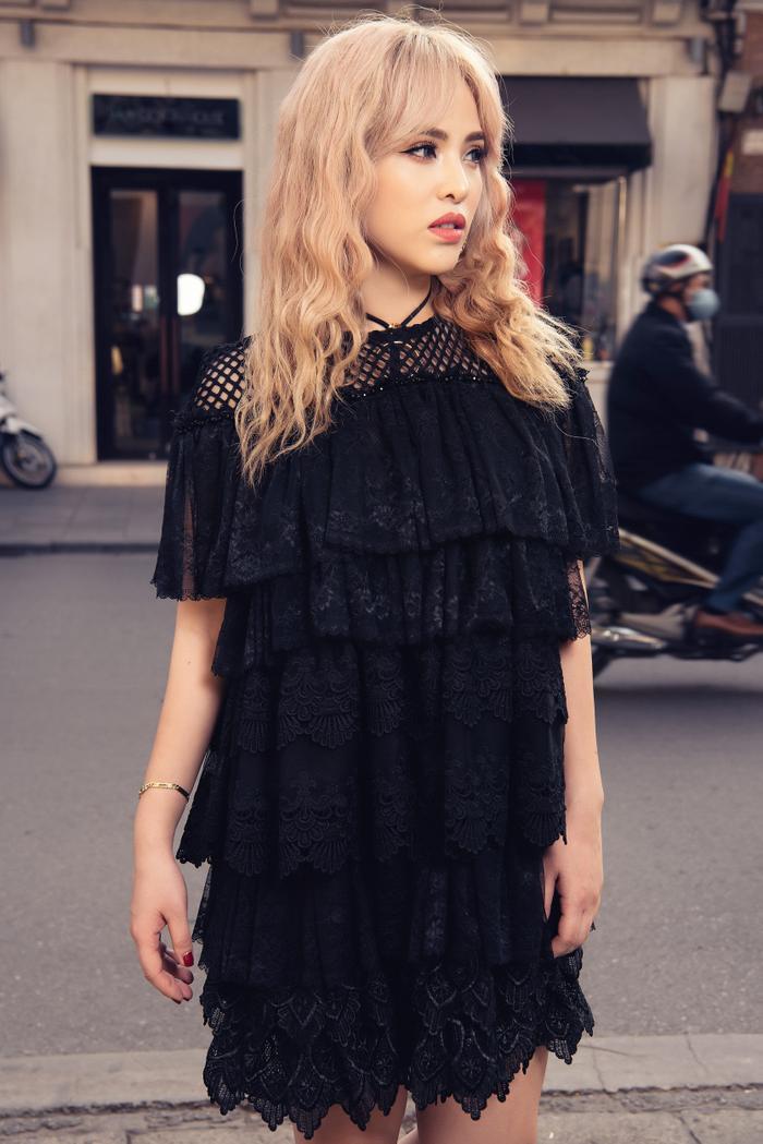 Chiếc váy nhún bèo với nhiều tầng thể hiện vẻ ngoài nữ tính của cô nàng rapper, sự mới lạ và hấp dẫn hơn thay vì hình ảnh của một Chung Thương trong những set đồ cá tính trước đó.
