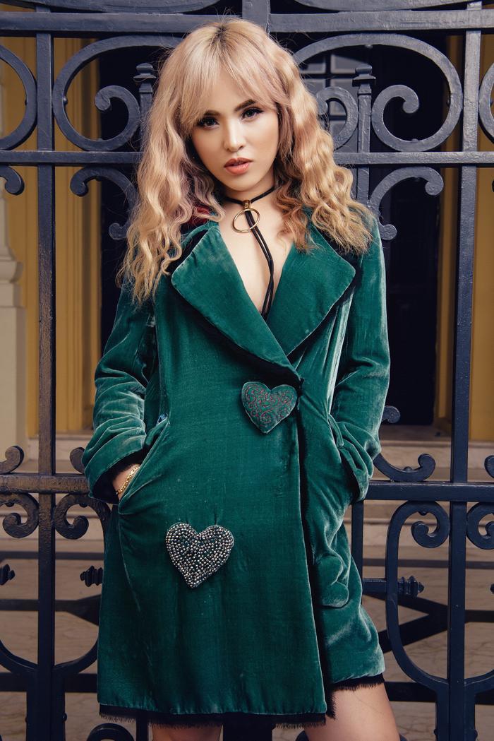 Diện style menswear với suit áo chất liệu nhung cùng mốt không nội y khiến cô nàng cuốn hút hơn khi vừa kín vừa hở.