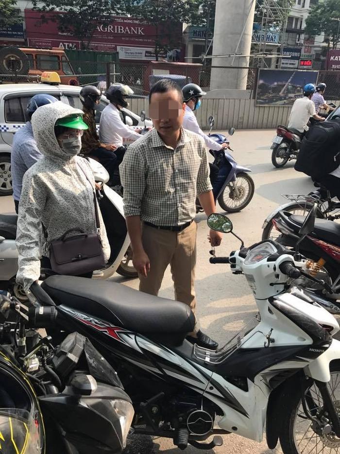 Gây va chạm giao thông, giám đốc đi ô tô 'ăn vạ' - hành xử vô văn hóa với phụ nữ ở Hà Nội
