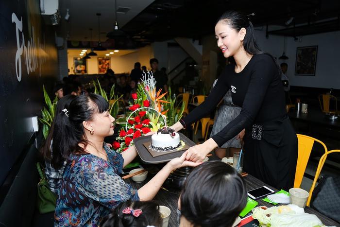 Đêm qua cũng là 1 dịp đặc biệt trùng với ngày sinh nhật với mẹ của cô nên Maya, em trai và con gái cưng Bồ Câu cũng âm thầm tổ chức sinh nhật cho mẹ. Nữ ca sĩ tặng mẹ ổ bánh kem mừng sinh nhật.