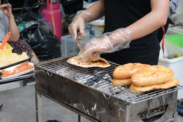 Bánh tráng nướng - món ăn vỉa hè gây nghiện có giá 25,000 đồng/ chiếc.