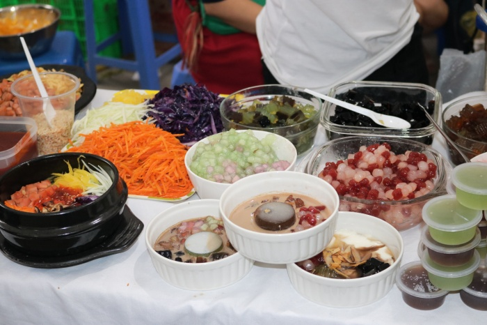 Chè - món ăn khoái khẩu của mùa hè khiến bạn them thuồng với vô số loại chè khác nhau đầy màu sắc.