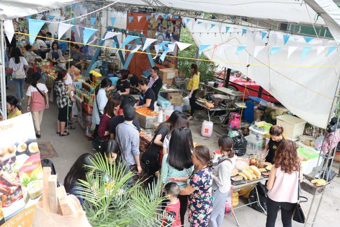 Gian ẩm thực được tổ chức ngay dưới sân của Hanoi Creative City với những món đồ ăn vặt nổi tiếng.