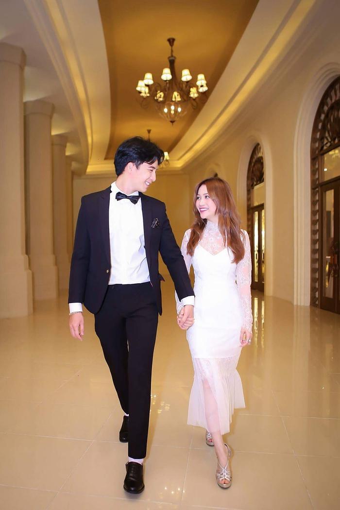 Nếu như nữ ca sĩ I Need Your Love lựa chọn phong cách gợi cảm, sexy thì người yêu Hạo Đôngtrông vô cùng lịch lãm, sang trọng với vest đen.