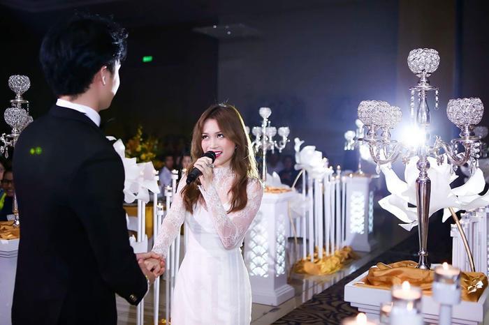 Đặc biệt, trong phần biểu diễn của Sĩ Thanh, Hạo Đông đã lên sân khấu và trợ diễn cùng bạn gái.