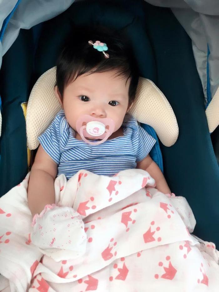 Hình ảnh con gái của Hải Băng nhận được nhiều lời khen từ bạn bè. Bé sở hữu nét đẹp của cả bố và mẹ. Bé được vài tháng, có tên gọi thân mật ở nhà là Kem.
