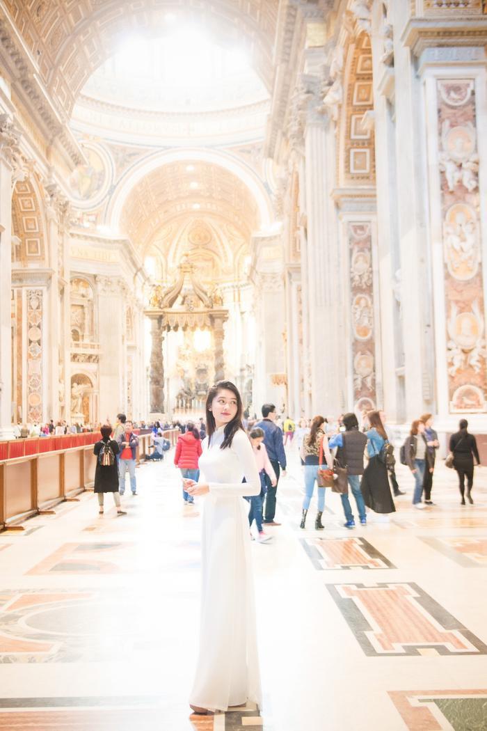 Điểm đến đầu tiên của Thùy Dung chính là Thánh đường thánh Phêrô tại Vaticane.