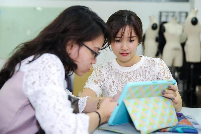 Theo chia sẻ của Midu, buổi đầu sinh viên còn gọi mình là chị… nhưng sang ngày thứ hai đã xưng cô.