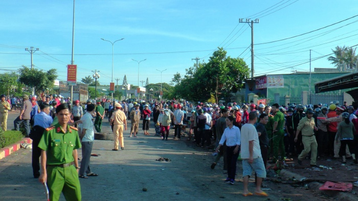 Rất đông người dân có mặt tại hiện trường vụ tai nạn thảm khốc.