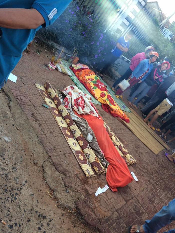 Nạn nhân tử nạn nằm bên đường.