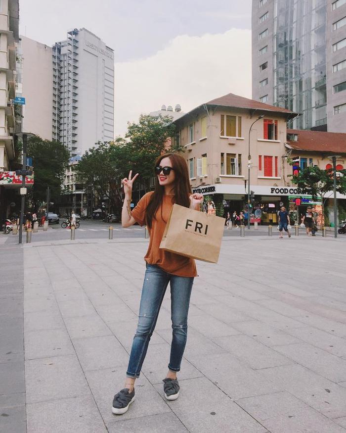 Giày nơ do Zara xuất xưởng kết hợp T-shirt và jeanscũng đủ thu hút ánh nhìn đấy.