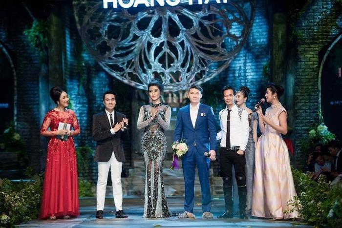 Chàng đại gia trẻ (áo xanh) từng chi 6.500 USD để mua lại váy của Huyền My trong buổi đấu giá gần đây.