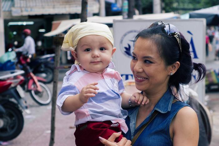 Bé Bơ rạng rỡ bên cạnh mẹ ruột Lý Thanh Thảo.