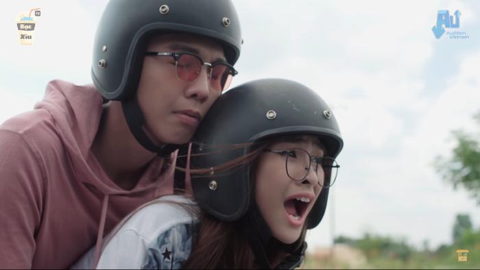 """Gương mặt biểu cảm của Gia Minh khi ngồi sau tay lái """"phượt thủ"""" Minh Tú."""