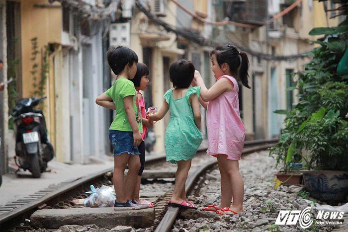 Trẻ em vô tư nhảy nhót, chơi đùa trên đường ray tàu hỏa.